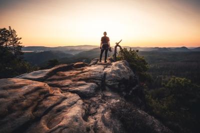 Person bei Stativkiefer Elbsandsteingebirge